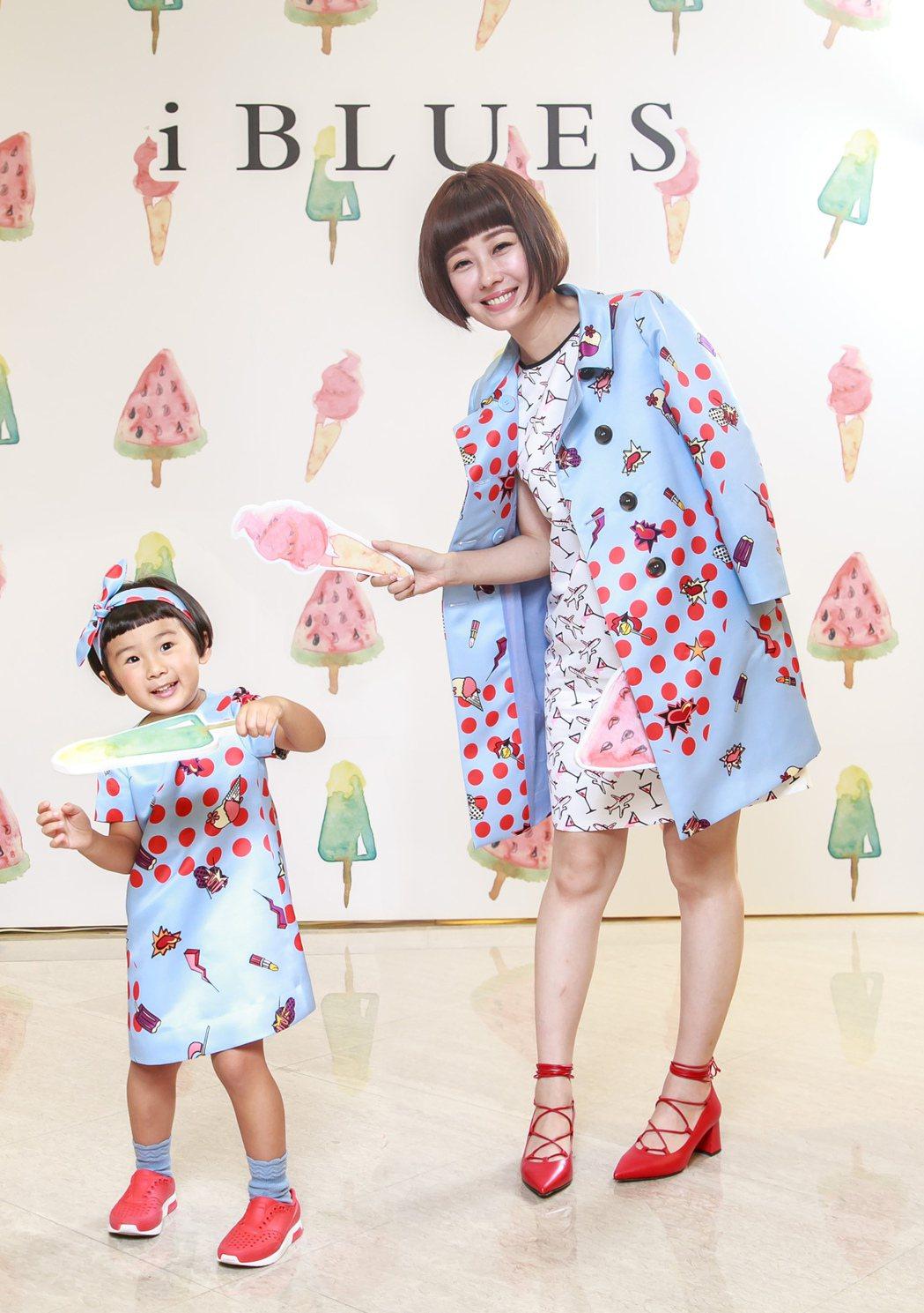 李維維和萌萌穿同款衣,擔任一日店長。圖/iBLUES提供