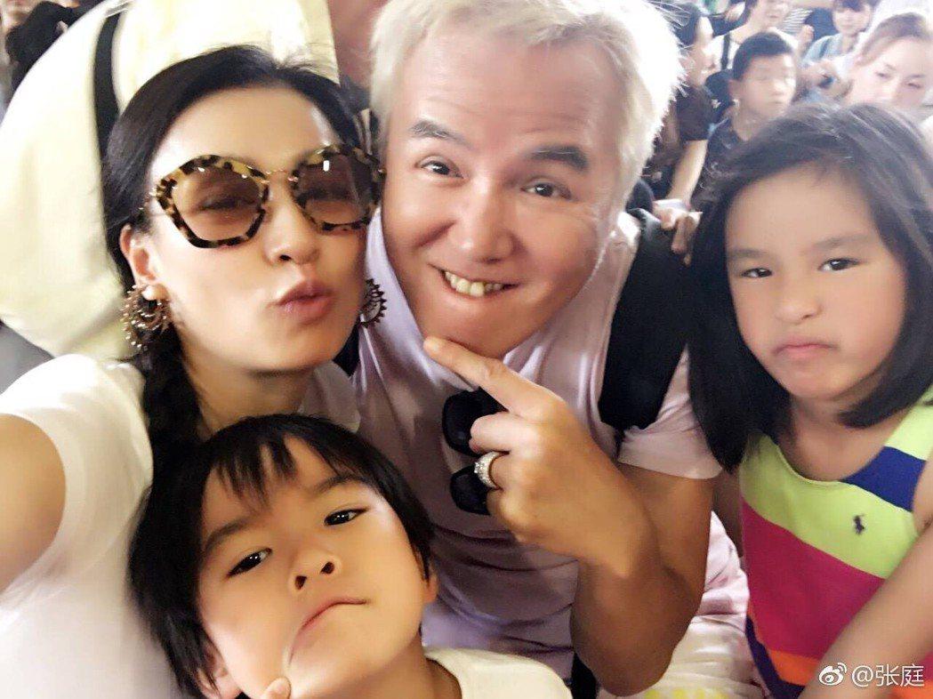 張庭、林瑞陽和一雙兒女,一家四口幸福美滿。圖/摘自張庭微博
