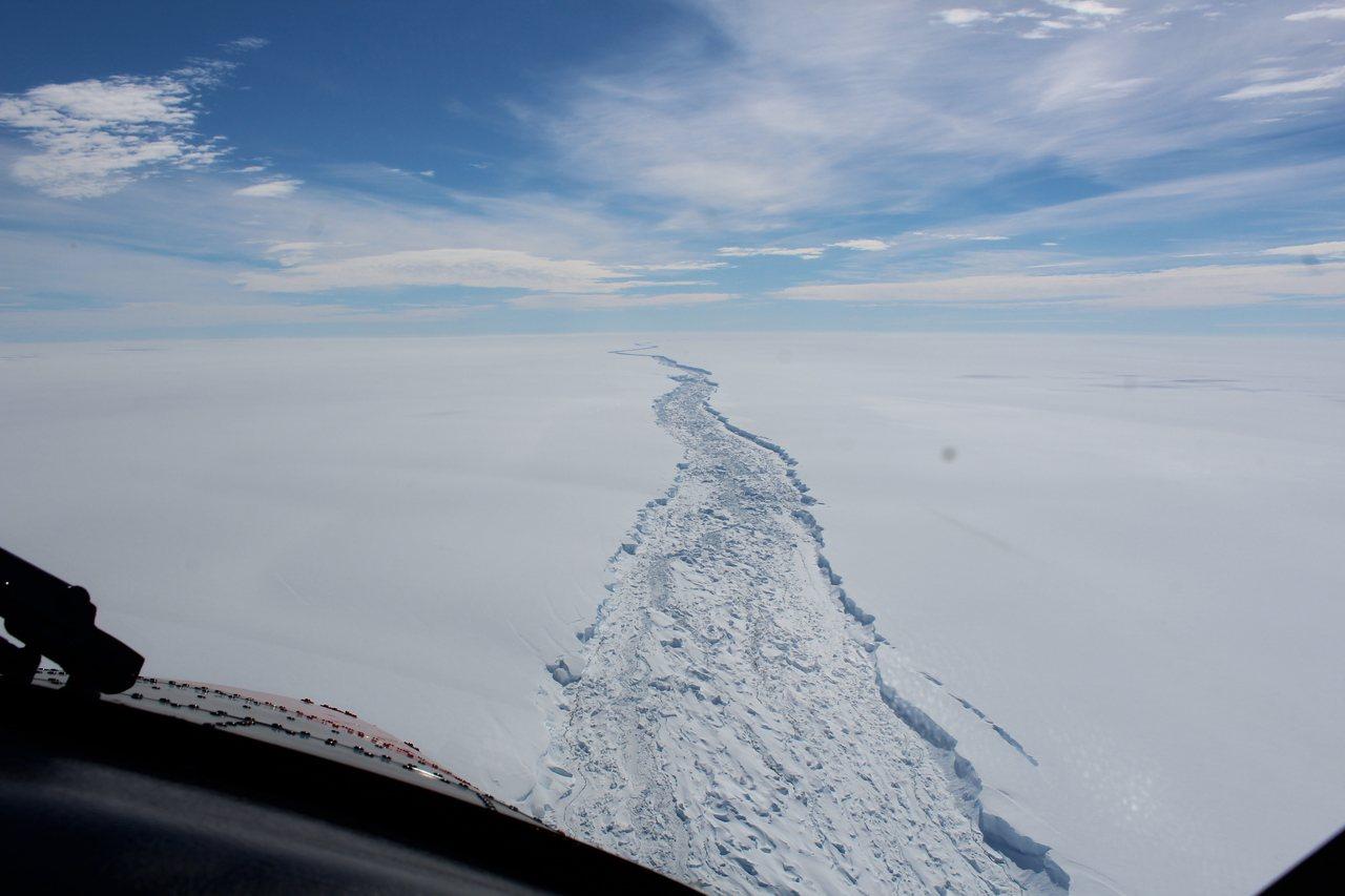 科學家發現,今年二月拍到拉森C冰棚的巨大裂縫現已完全崩解,形成重一兆噸、面積五千...