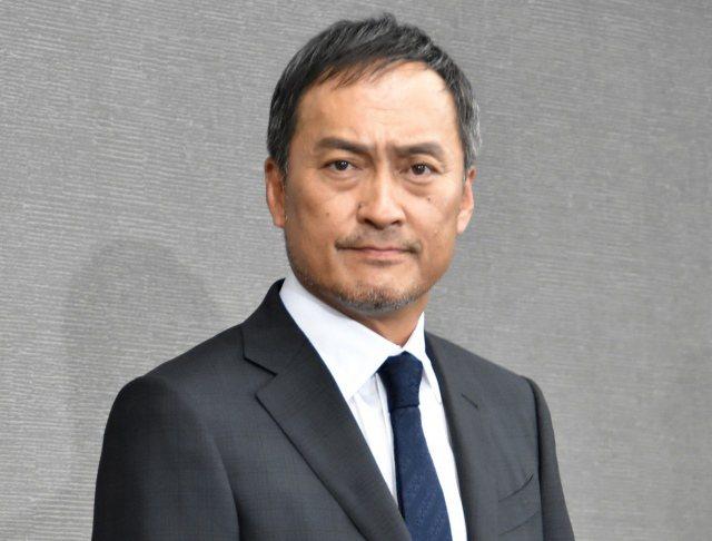 渡邊謙打破沉默面對媒體。圖/摘自朝日新聞