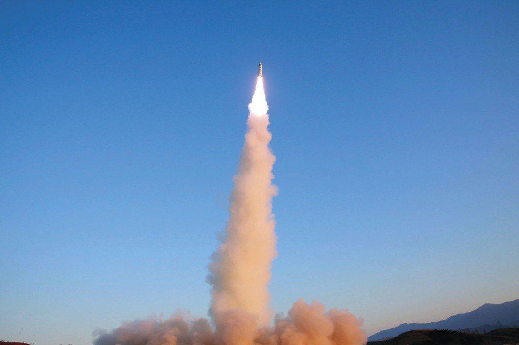 圖為「北極星2型」中程彈道導彈試射時畫面。 (美聯社)