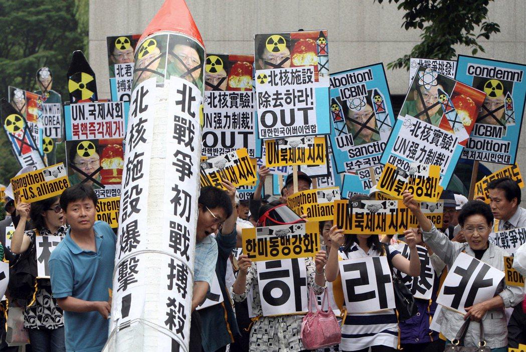 2009年北韓進行第二次核試爆後,南韓民眾與脫北者在首爾街頭呼口號抗議的畫面。 ...