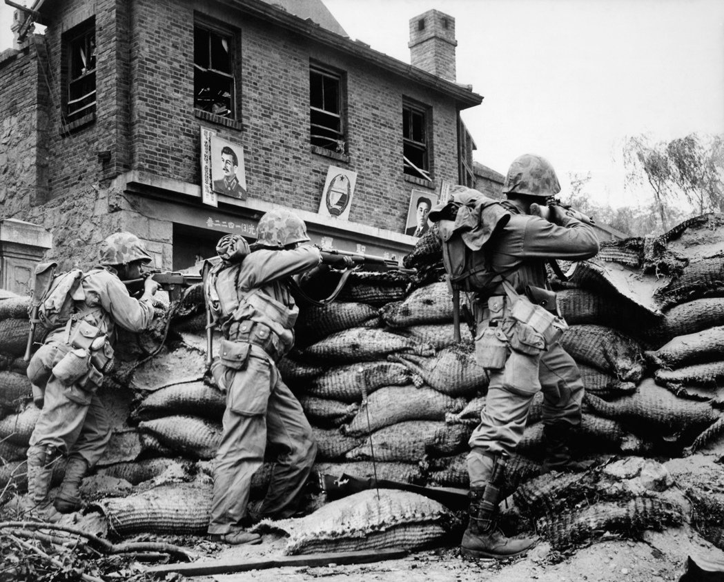圖為1950年9月時,聯合國部隊在當時遭北韓軍隊占領的首爾地區與敵軍交火的畫面,...