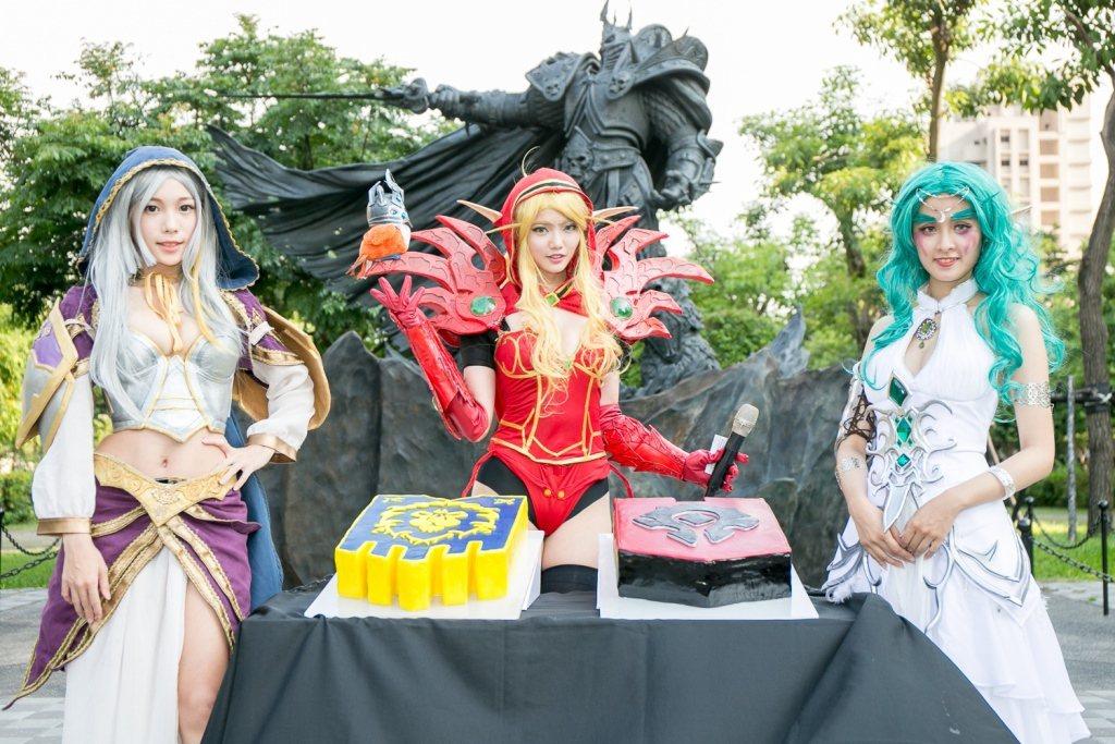 Blizzard亦準備部落與聯盟旗幟的造型蛋糕與現場玩家一起歡呼慶祝阿薩斯雕像落...