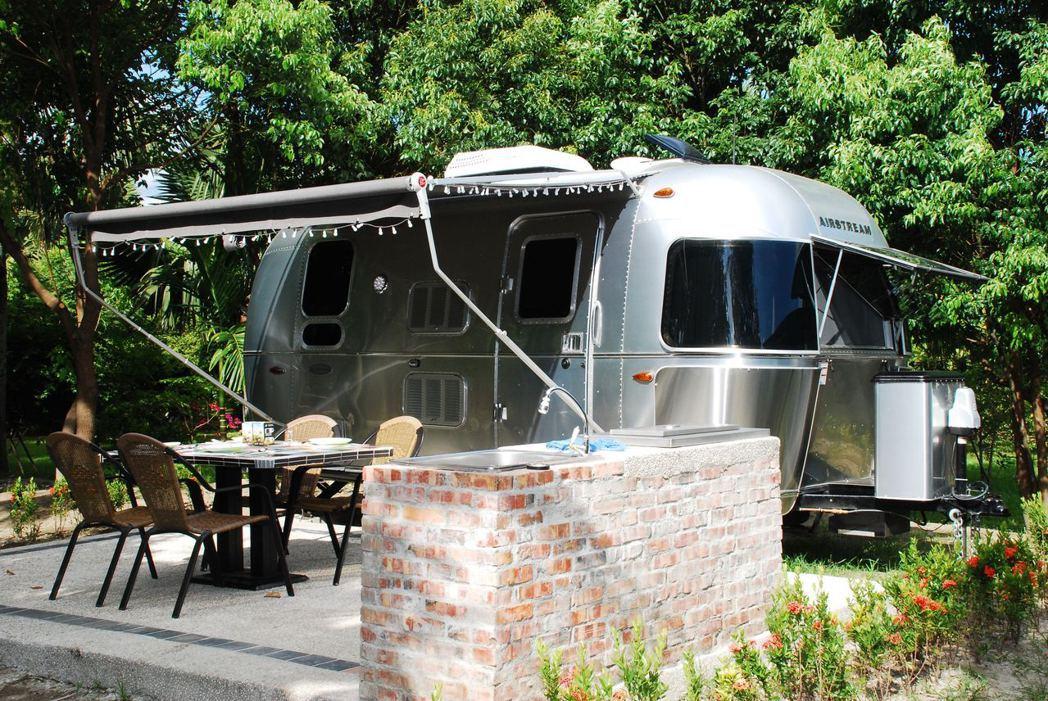 營地有桌子、椅子、洗手槽與烤肉區等配備。記者林昱丞/攝影