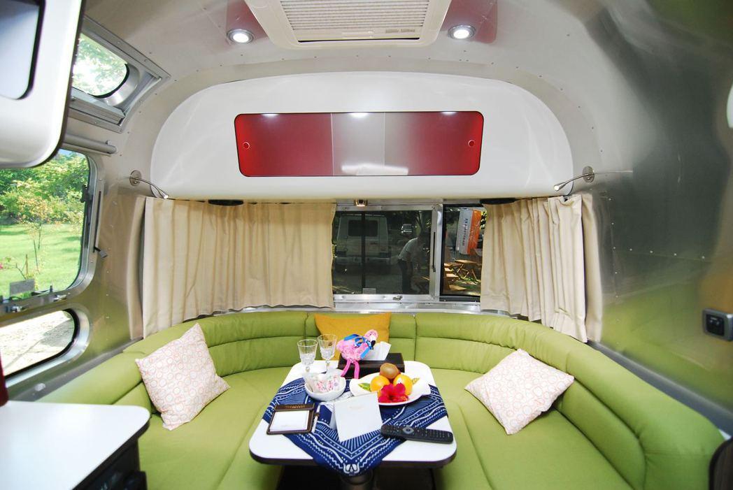 Airstream International 534露營車,客廳可以變成床。記...