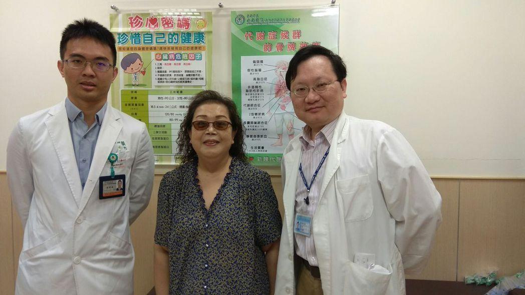 謝綉敏感謝沈振榮(右)與醫護團隊幫忙,沈振榮則笑說,她現在可是比我苗條多了。 記...