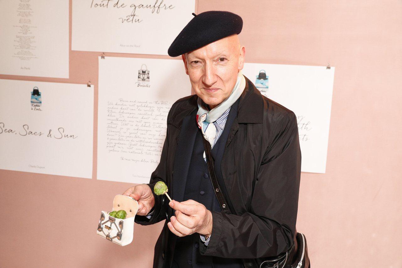 迷你包當道,但能裝啥呢?帽子設計師Stephen Jones把Delvaux迷你包裝小甘藍菜。圖/Delvaux提供