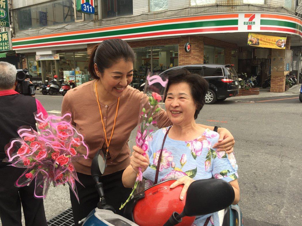 立委許淑華(左)的親和力十足,常在南投縣的街頭,有支持者趨前致意。記者張家樂/攝...