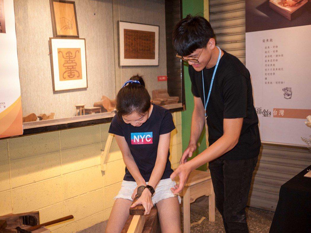 北科大師生指導台大生木工課程。記者林良齊/攝影