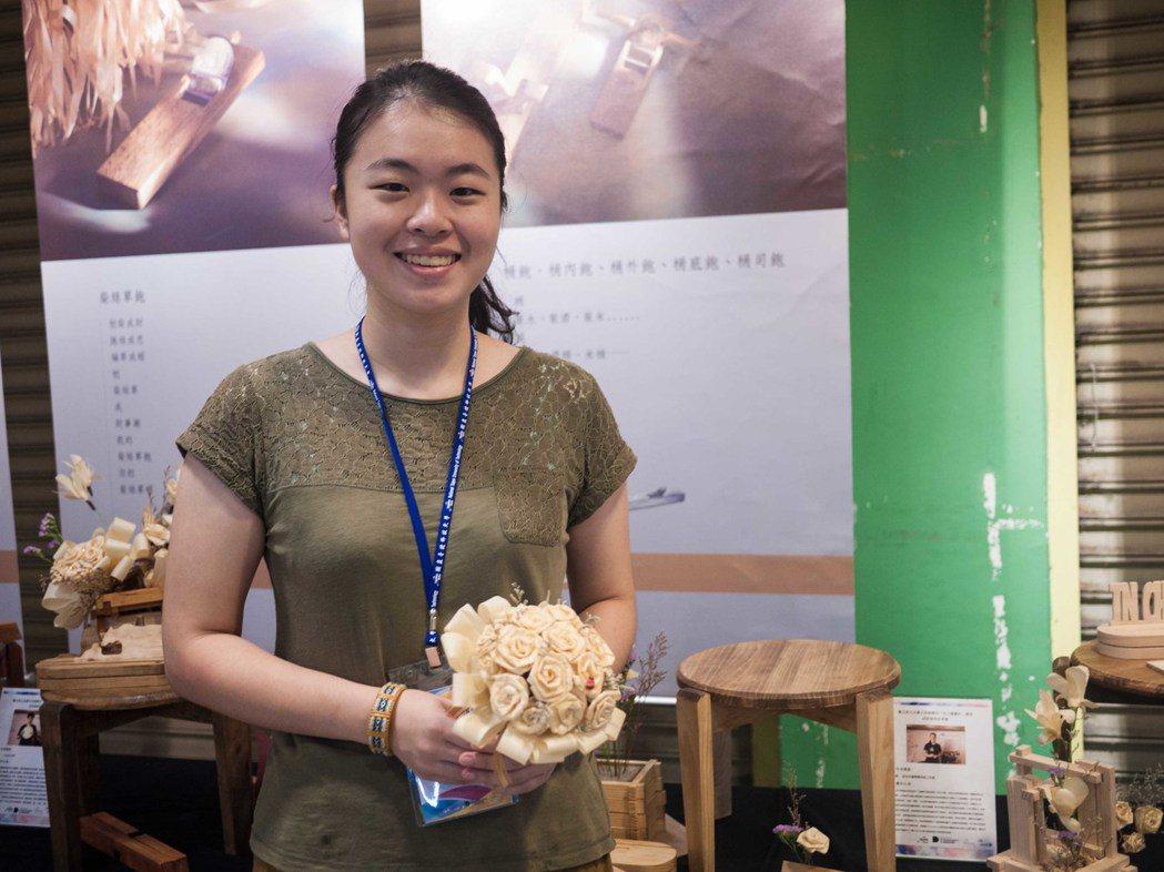 台大學生在北科大的師生指導之下學習木工課製作成品。記者林良齊/攝影