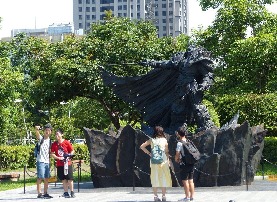 阿薩斯雕像進駐綠園道滿周年,今天舉辦野餐派對,吸引玩家朝聖。 記者趙容萱/攝影