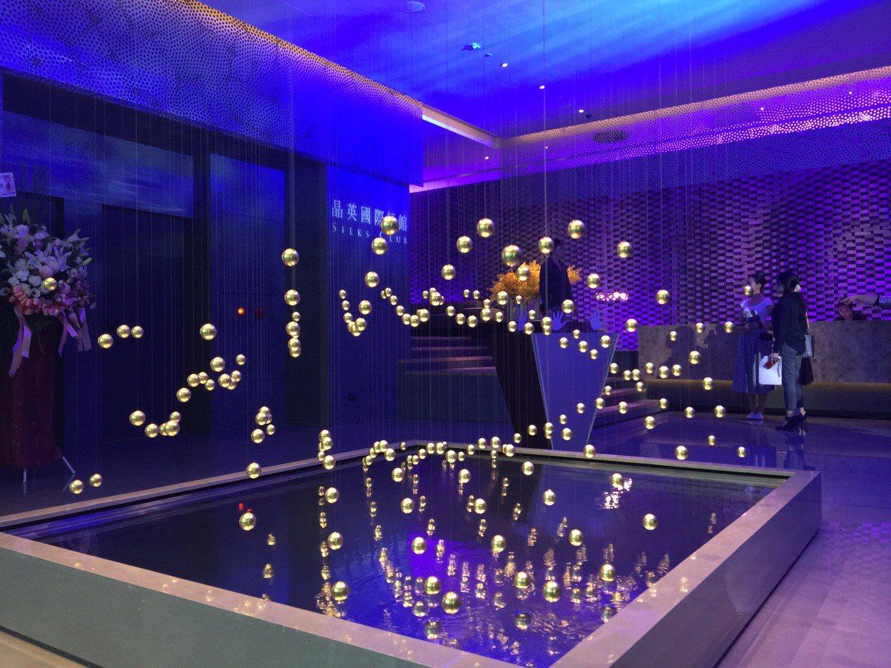大廳最吸睛的藝術創作「舞動的粒子」。記者羅建怡/攝影