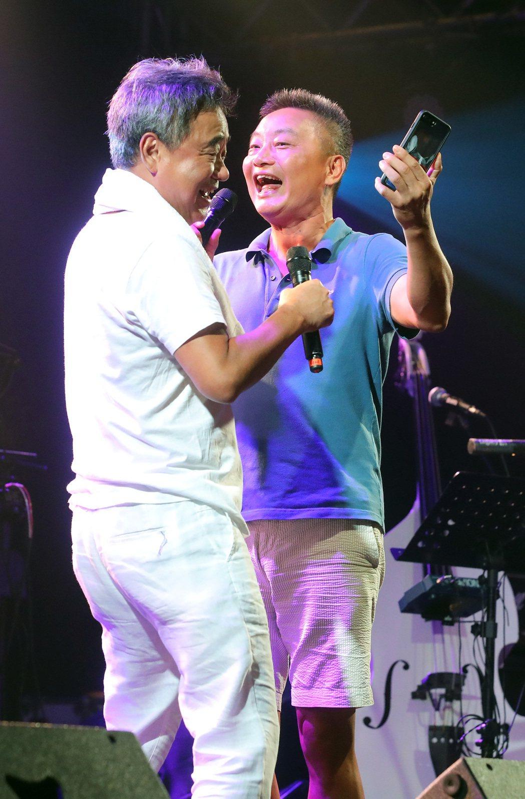 陳昇周五晚開唱,右為昇弟。圖/新樂園製作提供
