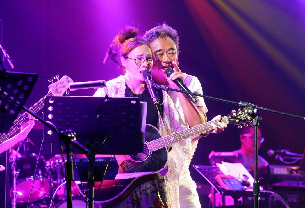 陳昇周五晚開唱,左為Pia。圖/新樂園製作提供
