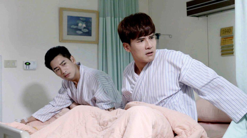 楊一展(右)、周孝安演出「我的愛情不平凡」遭惡整躺床綁一起。圖/三立提供
