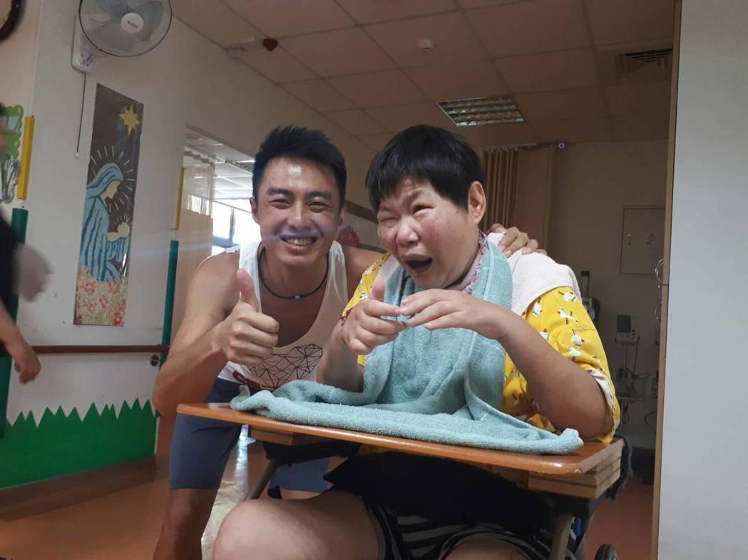 除了環島以外,聯合勸募還選出北中南東各一個身心障礙服務團體,安排騎士吳東凱親身拜...