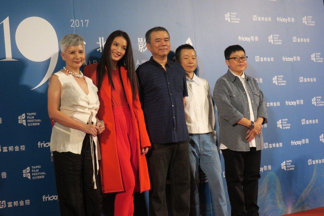 「健忘村」團隊一起出席台北電影獎頒獎。記者蘇詠智/攝影