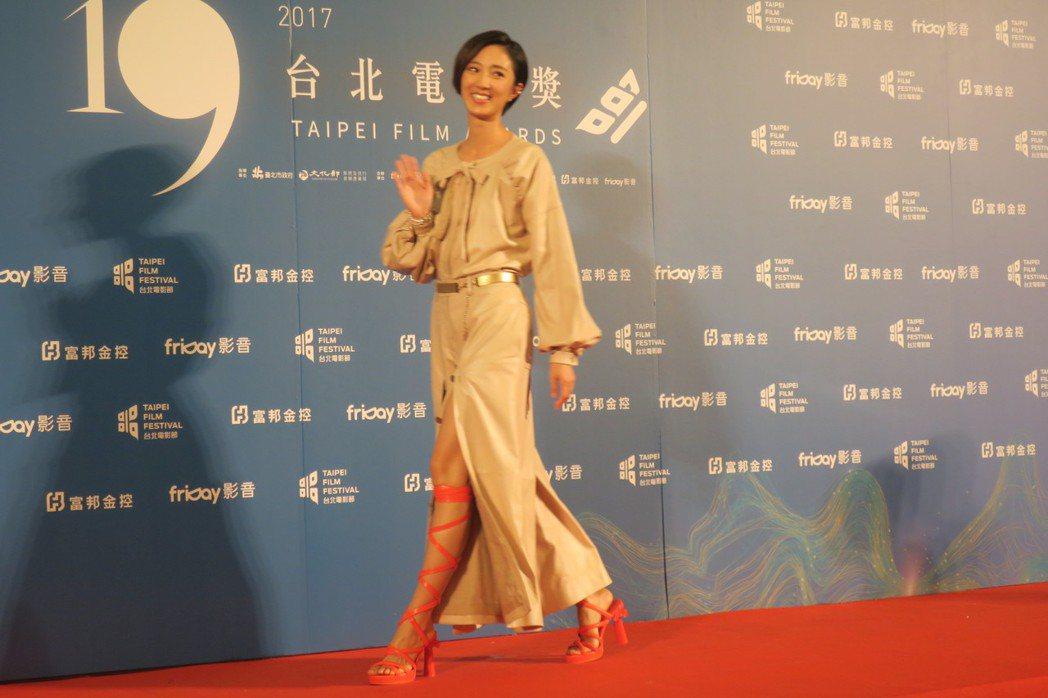 桂綸鎂返台出席台北電影獎頒獎,應媒體要求露出美腿。記者蘇詠智/攝影