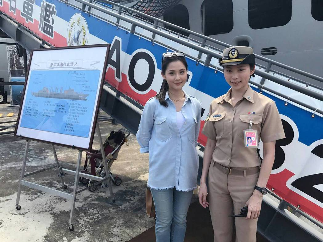 華千涵赴左營軍區參觀磐石軍艦。圖/麥子娛樂提供