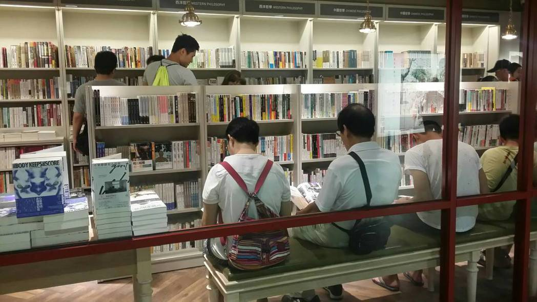 儘管是試營運第一日,但是書局內已有許多民眾在凝神閱讀。記者陳睿中/攝影