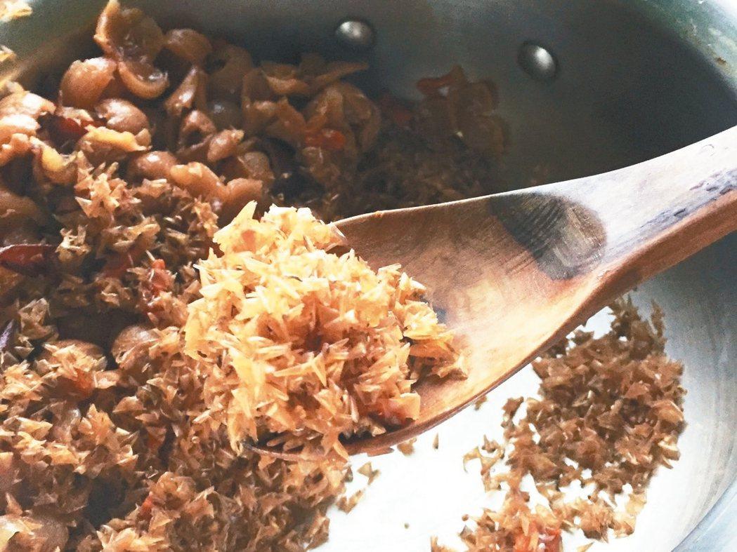煮過的魚鱗片會捲縮起來,可以當做廚餘有機肥。 圖/朱慧芳