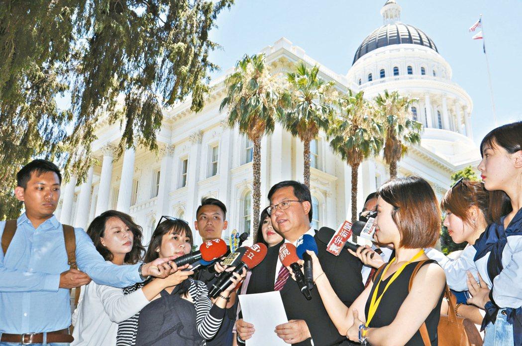 桃園市長鄭文燦(中)率團造訪加州首府沙加緬度,受到加州眾議院議長邀請進入眾議院。 記者張裕珍/攝影