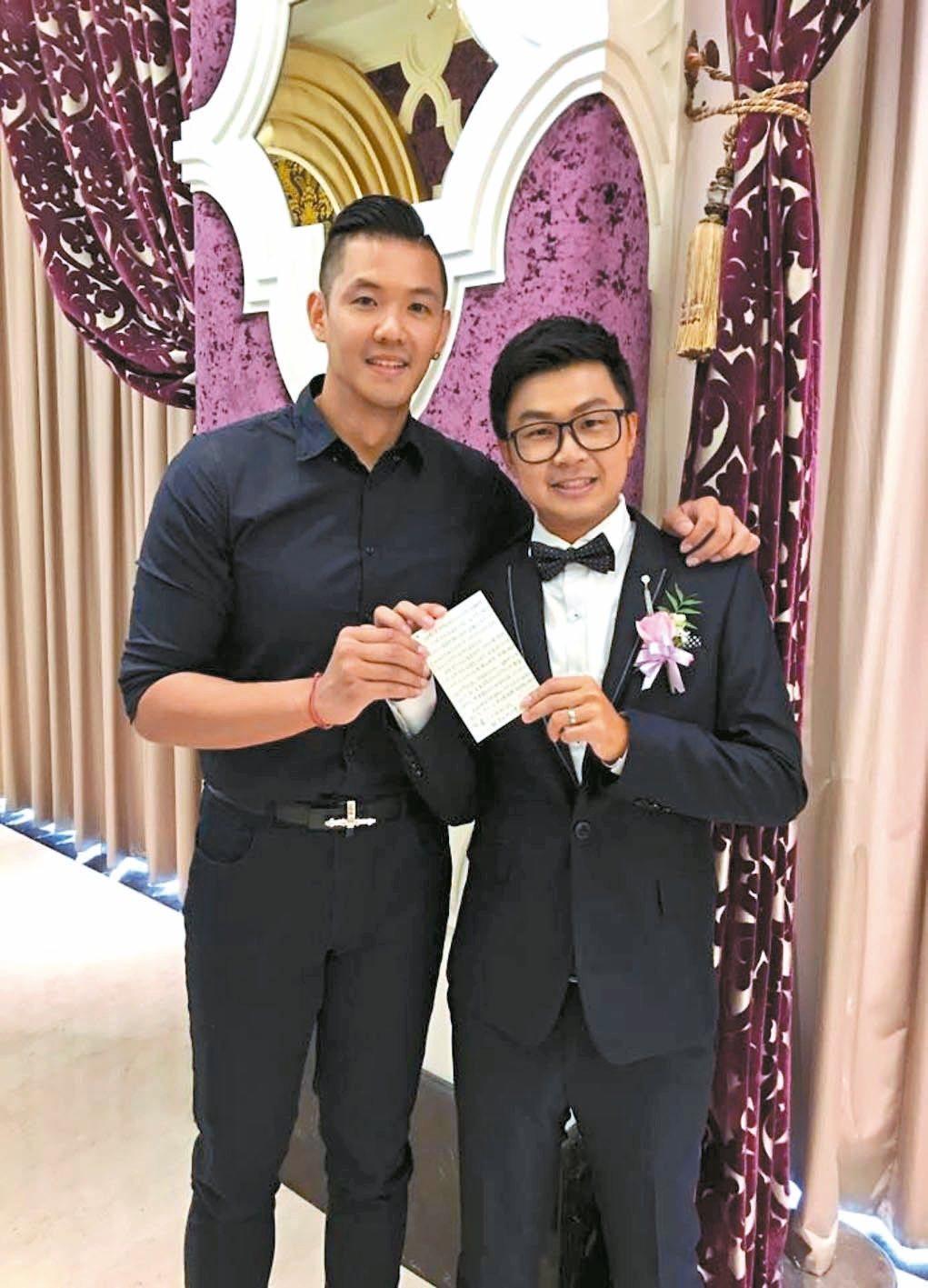 新郎李嘉浚(右)在婚禮上,拿出保存13年的信,讓藝人黑人(左)感動。 圖/翻攝自...