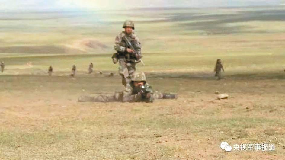 央視披露的西藏軍區部隊實彈演習畫面。 圖/取自觀察者網