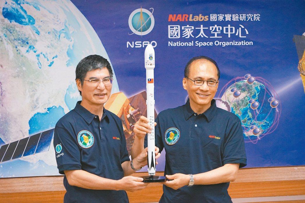 科技部長陳良基(左)致贈行政院長林全福衛五號紀念品。 記者陳妍霖/攝影