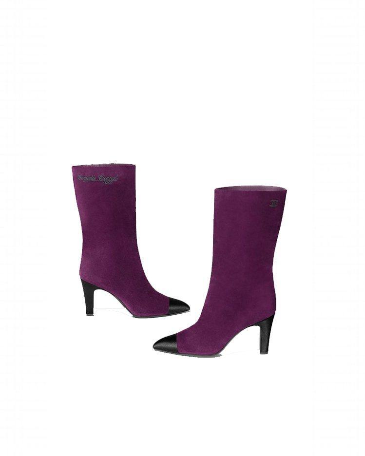 紫色麂皮黑色緞面鞋頭高跟中筒靴,43,200元。圖/香奈兒提供