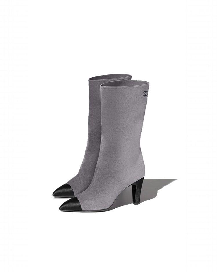 灰色麂皮黑色緞面鞋頭高跟中筒靴,43,200元。圖/香奈兒提供