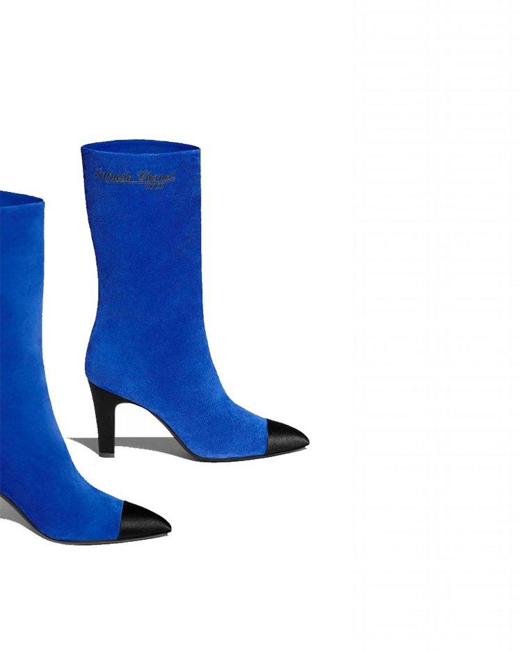 皇家藍色麂皮黑色緞面鞋頭高跟中筒靴,43,200元。圖/香奈兒提供