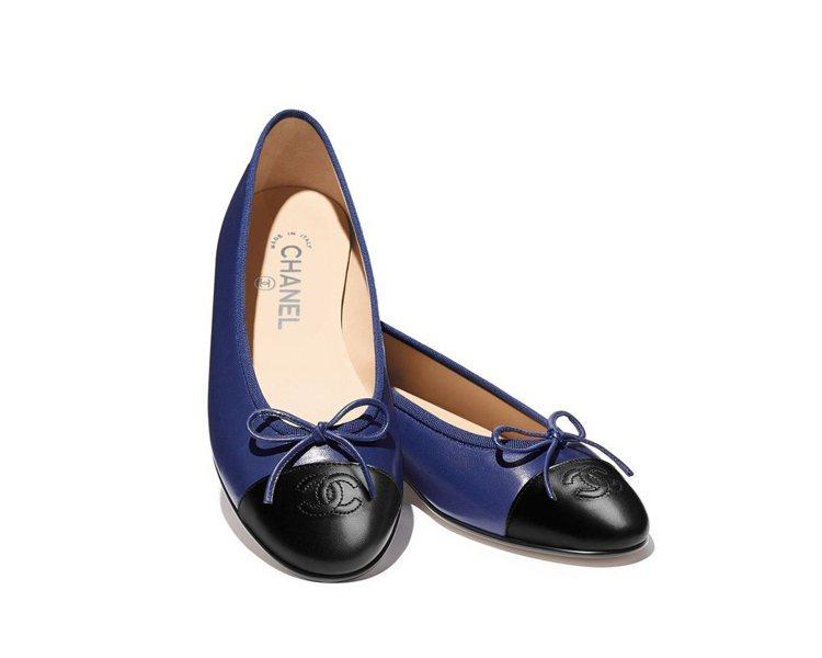 雙色芭蕾舞鞋,20,600元。圖/香奈兒提供