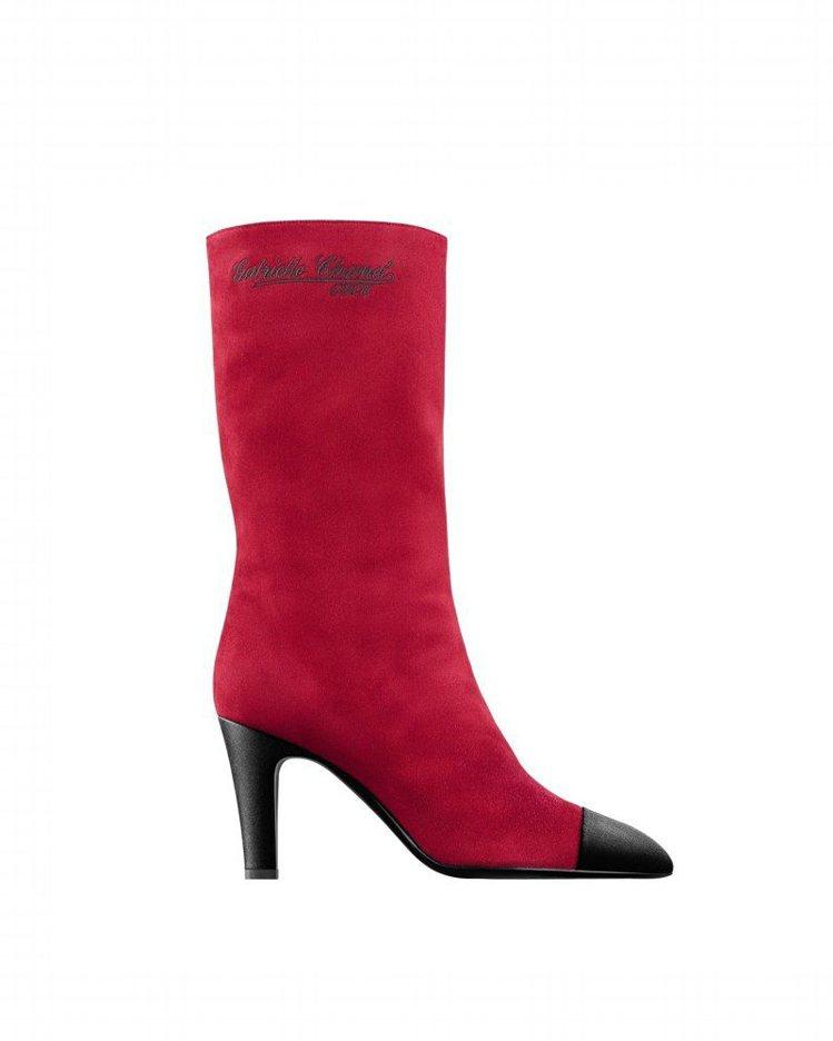 紅色麂皮黑色緞面鞋頭高跟中筒靴,43,200元。圖/香奈兒提供