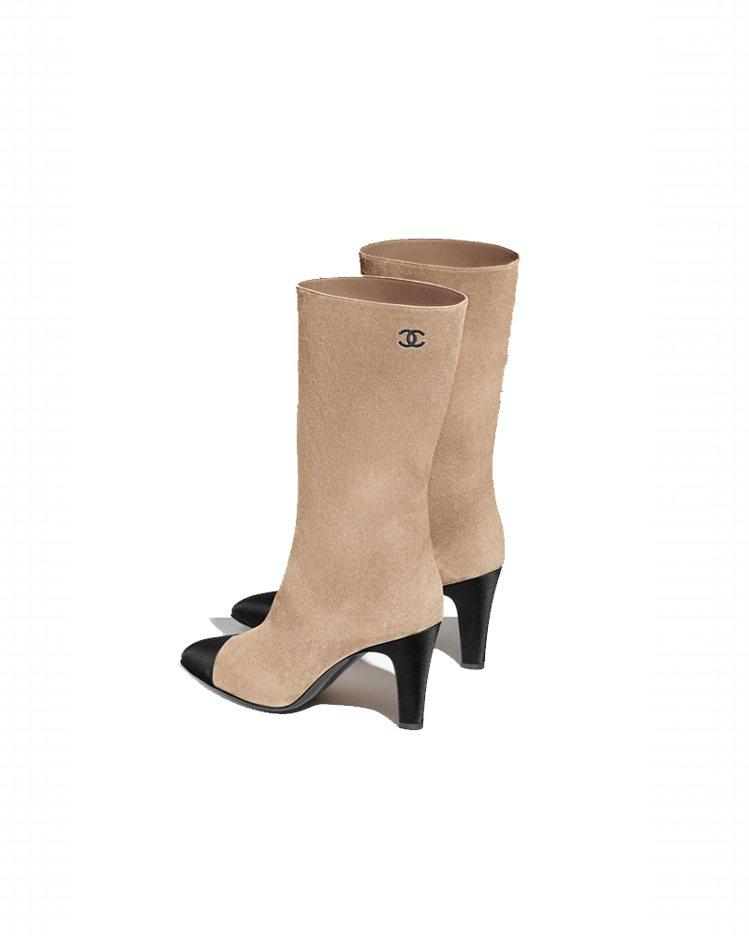 米色麂皮黑色緞面鞋頭高跟中筒靴,43,200元。圖/香奈兒提供