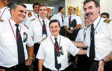 圖為加入深圳航空的多名外籍機師。 圖/取自深圳新聞網