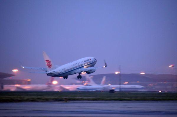 大陸航空業者以高薪吸引各國資深機師登陸。 圖/取自新華網