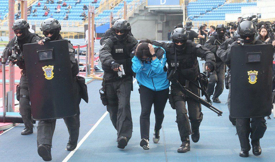 因應世大運期間安全維護及災害整備應變,維安特勤等月前演練人質挾持、反劫持演練。 ...