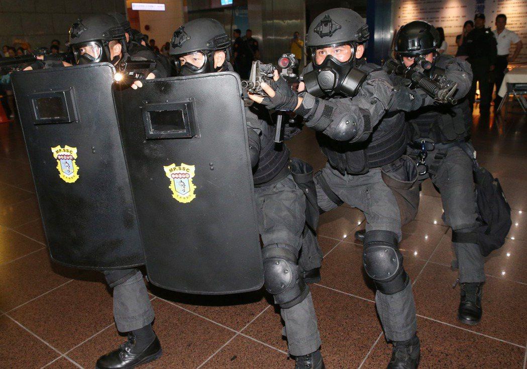 台北市市警特勤中隊,進行反恐戰技操演。 記者林俊良/攝影