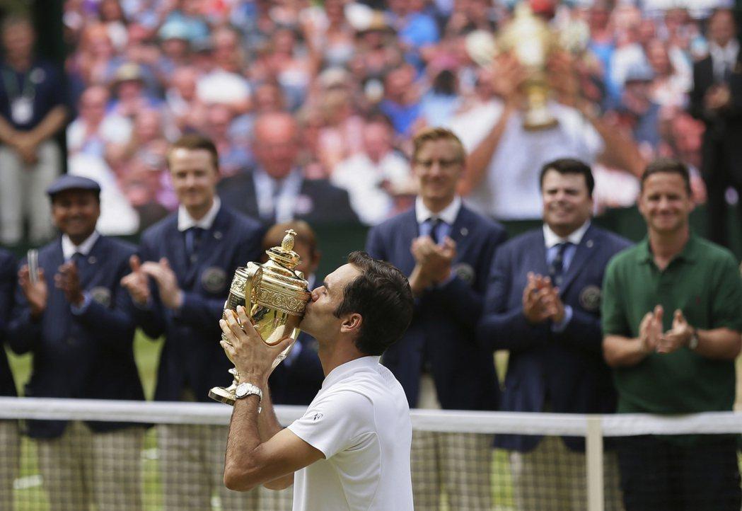 費德勒奪溫網冠軍親吻獎盃。 美聯社