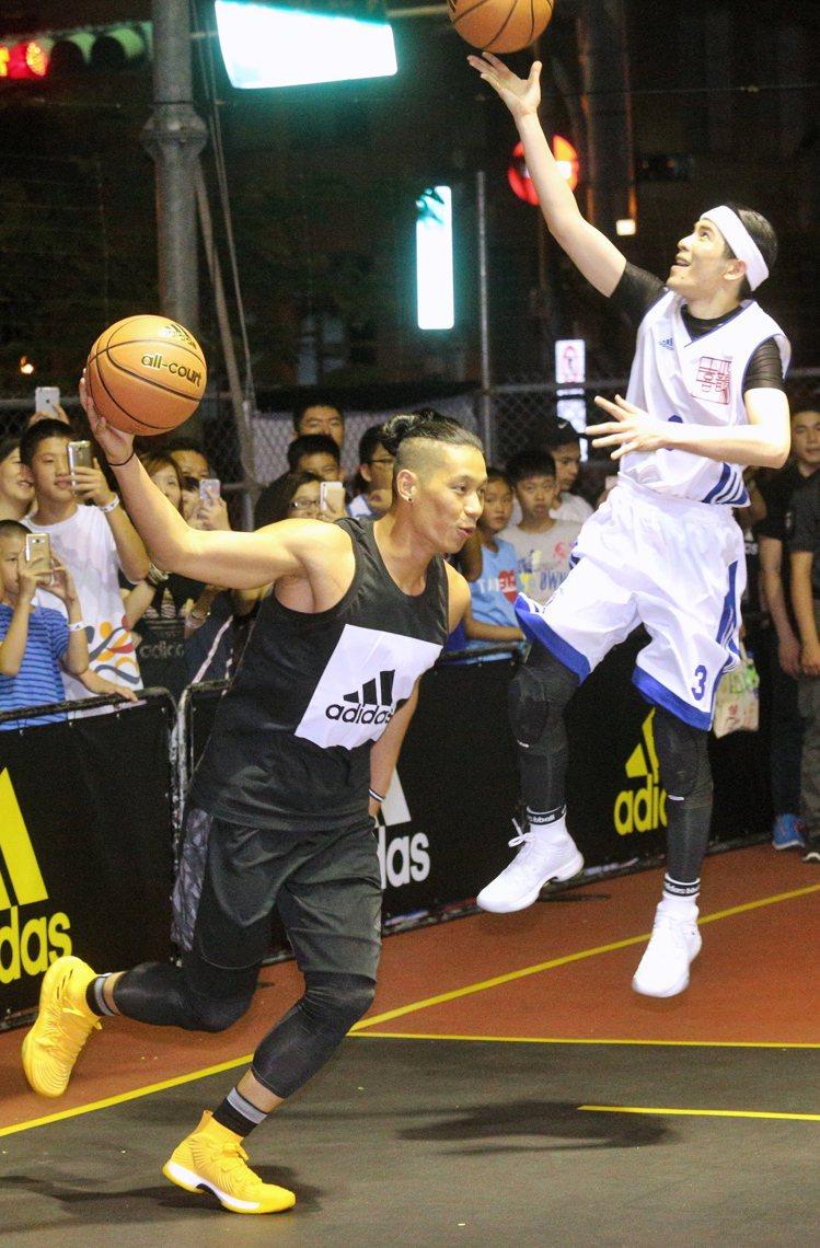 NBA球星林書豪(左)與歌壇好手蕭敬騰(右)進行籃球比賽,同場對決球技。圖/記者...