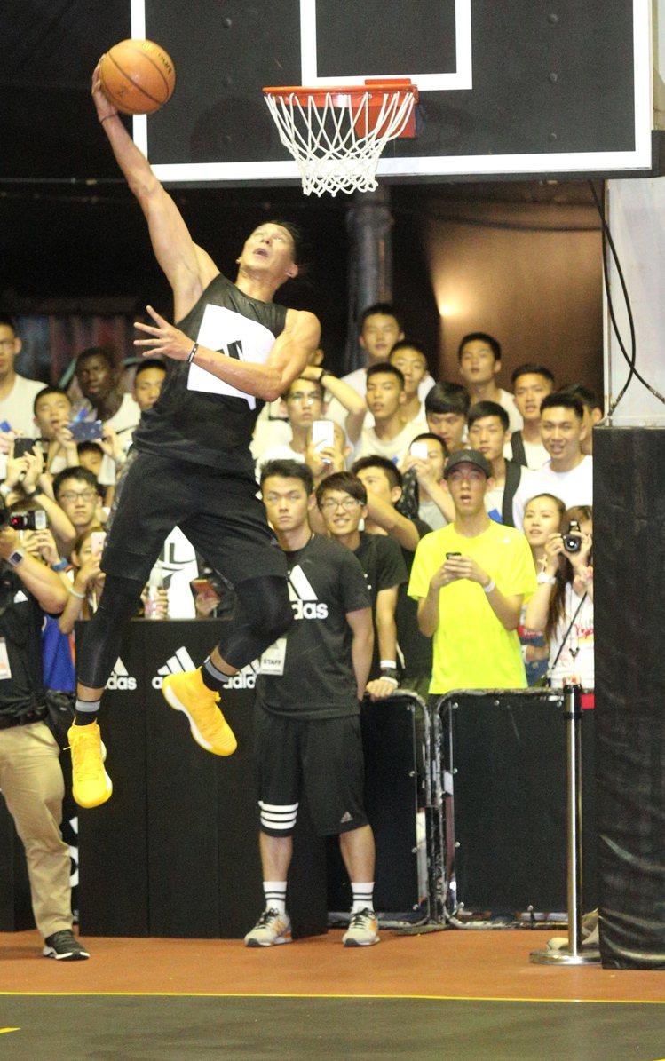 NBA球星林書豪賽後大秀灌籃。圖/記者林伯東攝影