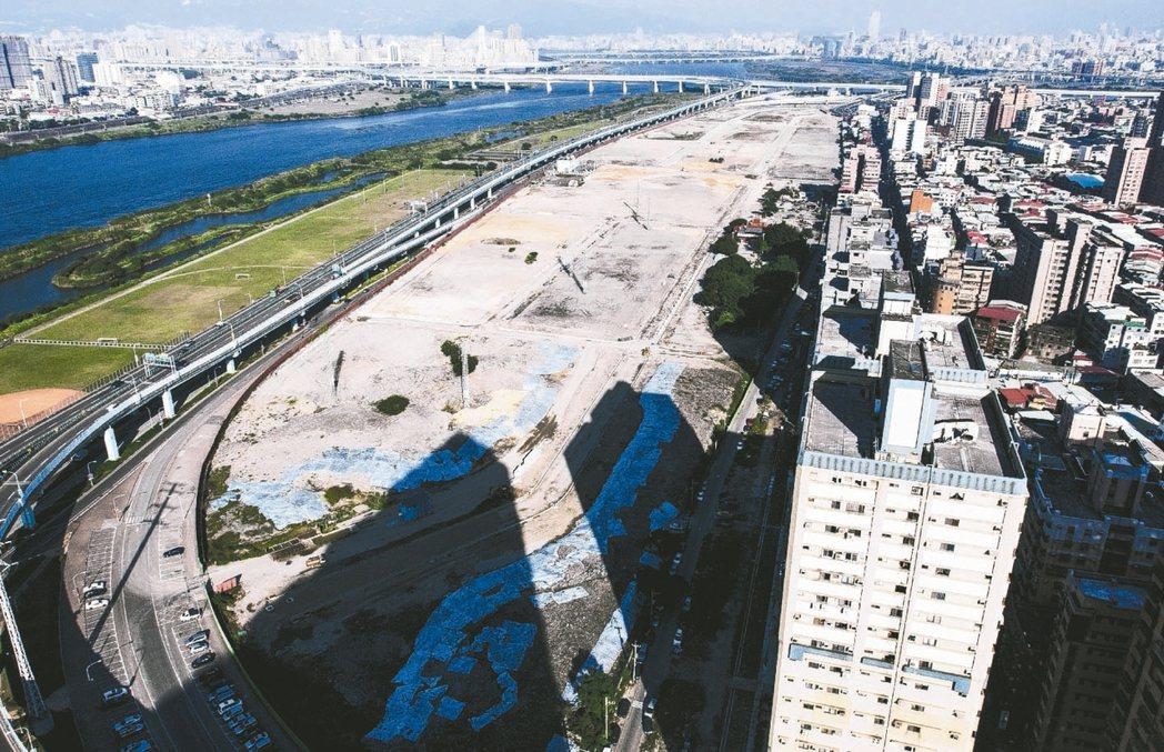 新北市板橋江翠北側重劃區去年開始在茂德機構打入「4字頭入住板橋」的震撼價下,接連...
