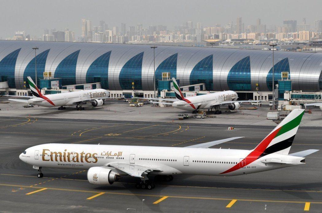 阿聯酋航空爆出「回收香檳」爭議。(美聯社)