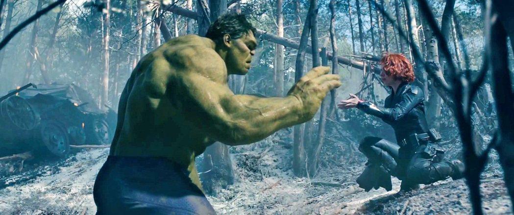 浩克(左)與黑寡婦(右)在「復仇者聯盟3」有一段戀情。圖/博偉提供