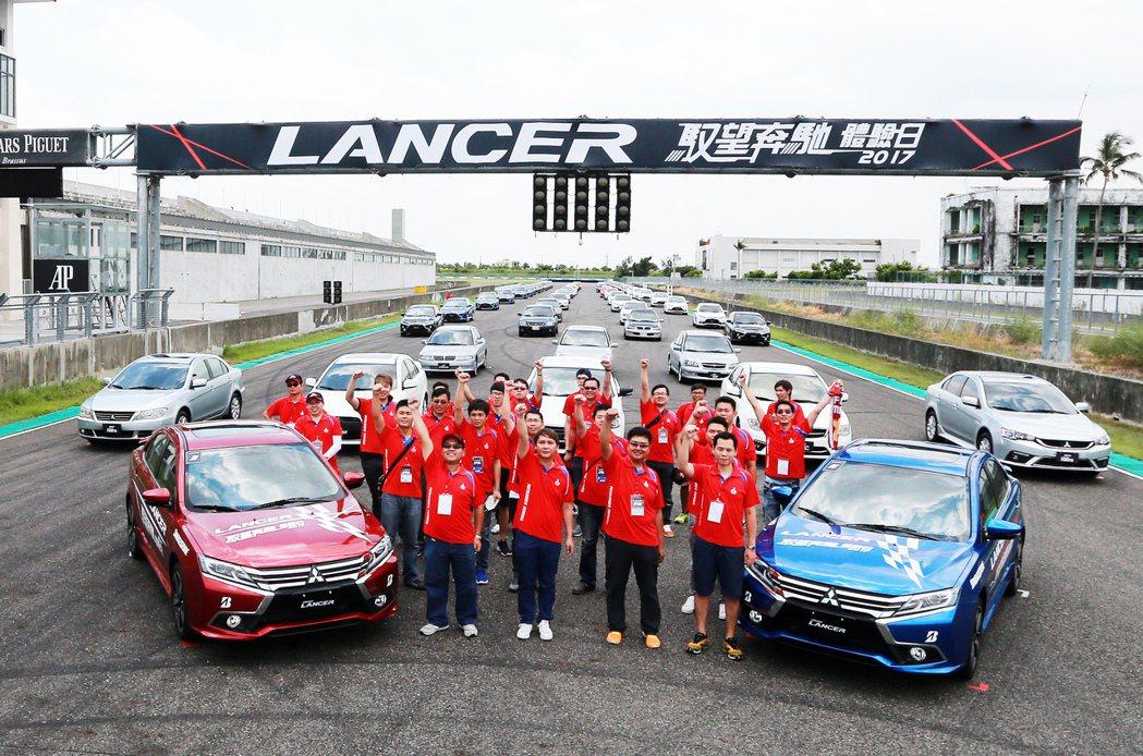 中華汽車在屏東大鵬灣賽車場舉辦「LANCER慾望奔馳體驗日」,參與車主與歷代Lancer大合照。 記者劉學聖/攝影