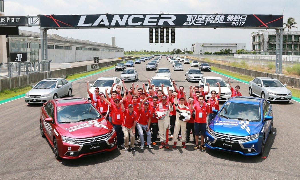 中華三菱在屏東大鵬灣賽車場舉辦「LANCER馭望奔馳體驗日」,參與車主與歷代LANCER大合照。 記者劉學聖/攝影
