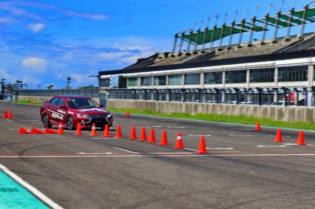 透過急煞閃避等操控訓練,體驗LANCER的車身動態穩定系統及循跡防滑控制系統。 記者陳威任/攝影