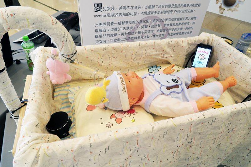 北科大團隊開發「智慧安撫嬰兒床」產品。(photo by 林亭妤/台灣醒報)
